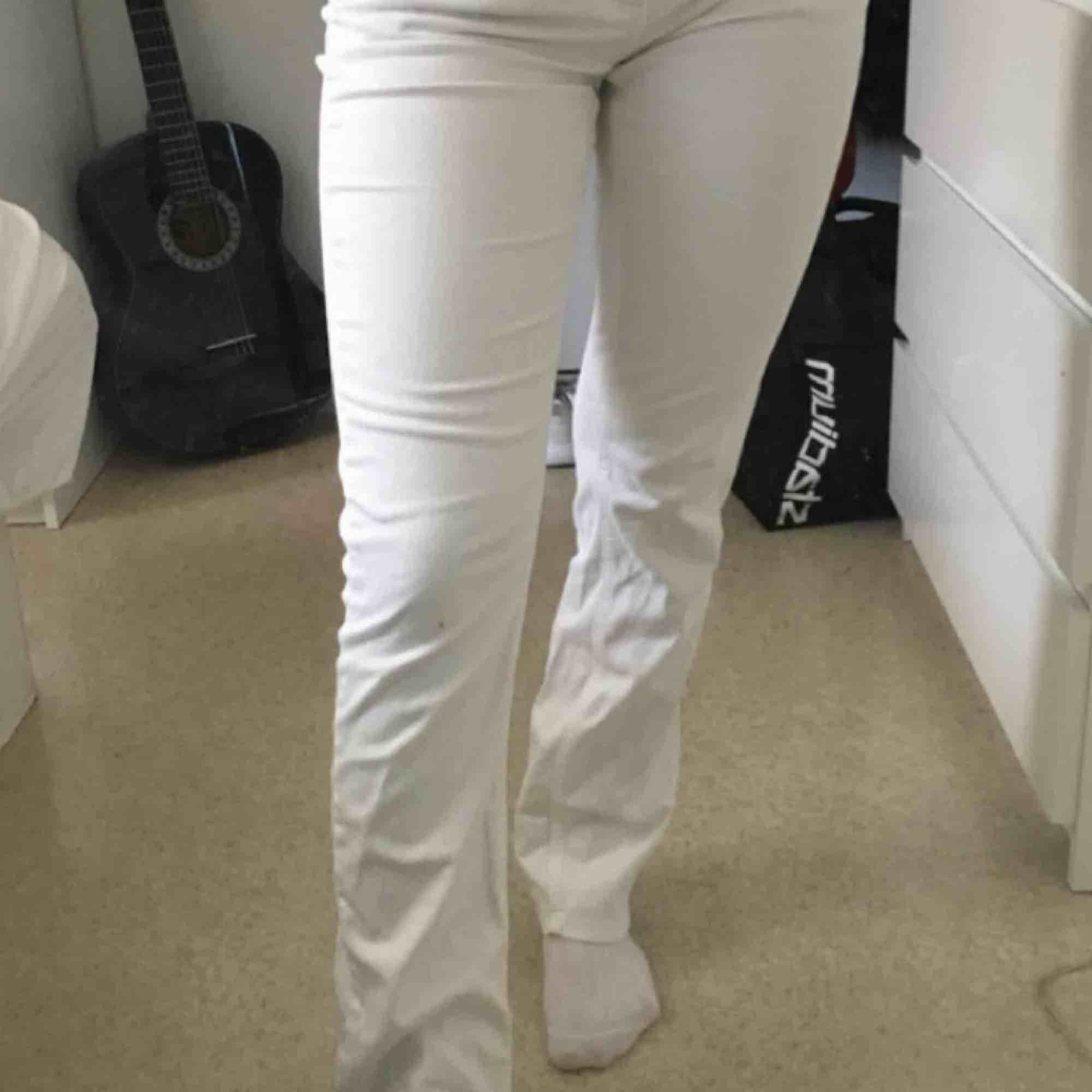 Fina bootcut byxor från Hillevi i storlek m! Sitter fint på rumpan och är i bekvämt material. Köparen står för frakten!. Jeans & Byxor.