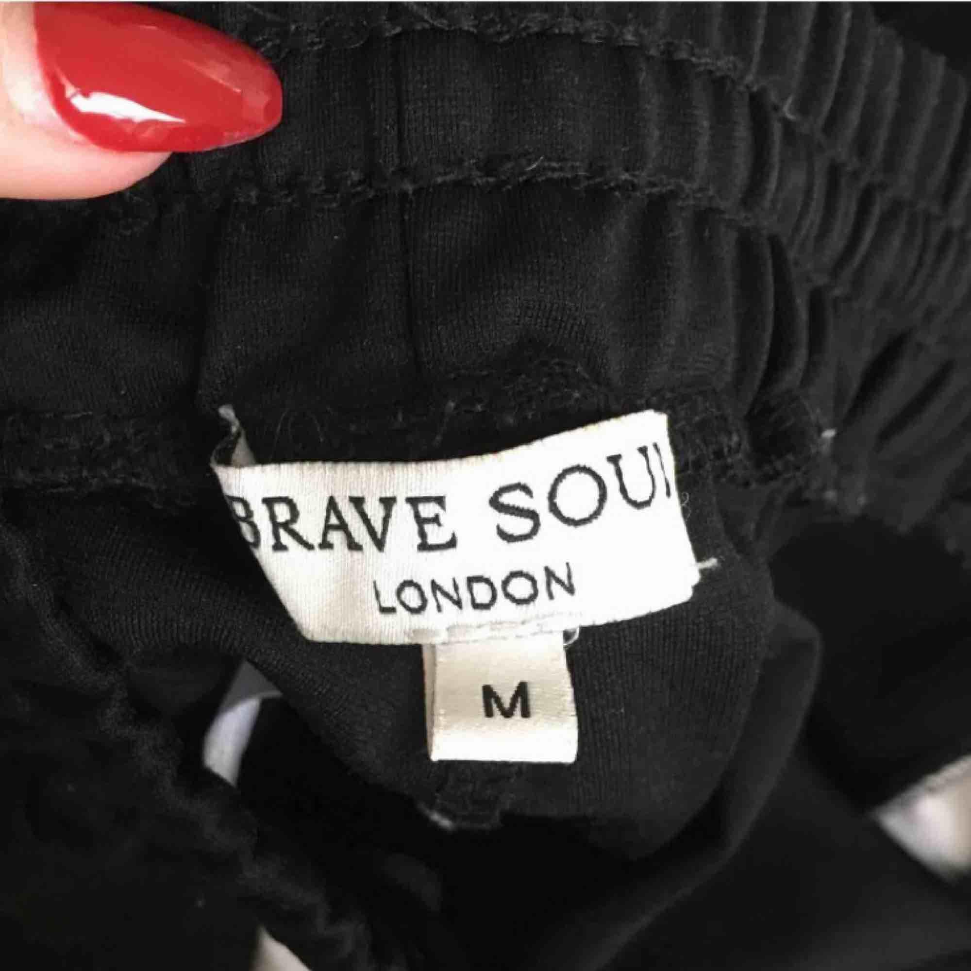 Sjuuuukt snygga och bekväma byxor från Ullared, jättefint skick! Knytning i midjan, luftiga och sköna😍 köpare står för frakt!. Jeans & Byxor.