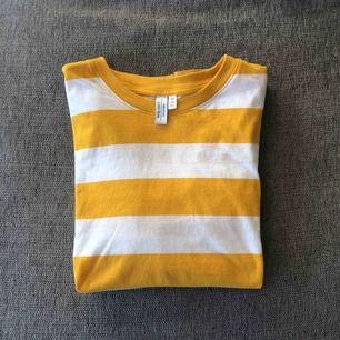 Gul och vitrandig T-shirt Frakt 40 kr Knappt använd