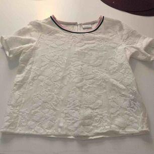 En t-shirt/blus från vila som är använd ett fåtal gånger