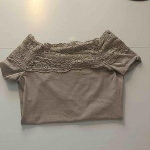 En tshirt med volang off sholder