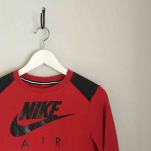 röd collegetröja från Nike. barnstorlek tror jag men har passat mig som hade XXS. sparsamt använd. kan mötas upp i göteborg eller frakta (isf står köparen för frakten). fler bilder kan ges på efterfrågan.