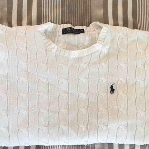 Kabelstickad vit tröja ifrån Ralph lauren, (äkta!) fint skick. 👍🏼 herr storlek M, funkar ju lika bra för tjejer dock.