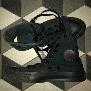 Helt svarta chuck taylor Converse i storlek 36. Har haft på mig skorna några gånger men ser ut som helt nya. (Köparen står för frakt/kan mötas upp)