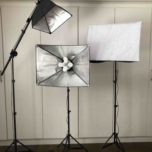 Studielampor på stativ. Settet säljs komplett. Köptes år 2016, nästan aldrig använda (10 timmar max). Detta medföljer: 8 lampor + 8 extra, enklare förvaringspåse. 2000kr, frakt står köparen för eller möts upp. Skriv för mer bilder