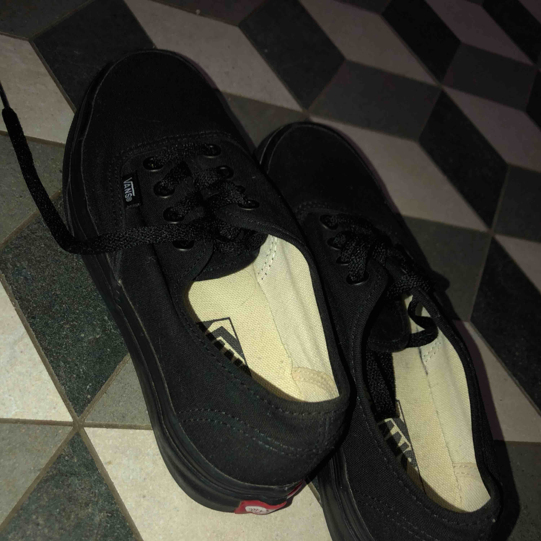 Helt svarta vans authentic storlek 36. Köpte dessa men de kommer aldrig till användning har därför haft på mig de max 2ggr (Köparen står för frakt/kan mötas upp). Skor.