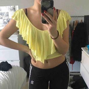 Jättefin gul sommartröja i storlek s, väldigt stretchig och sjukt skönt material😍😍 köpt i Spanien, fint skick. köpare betalar frakt!