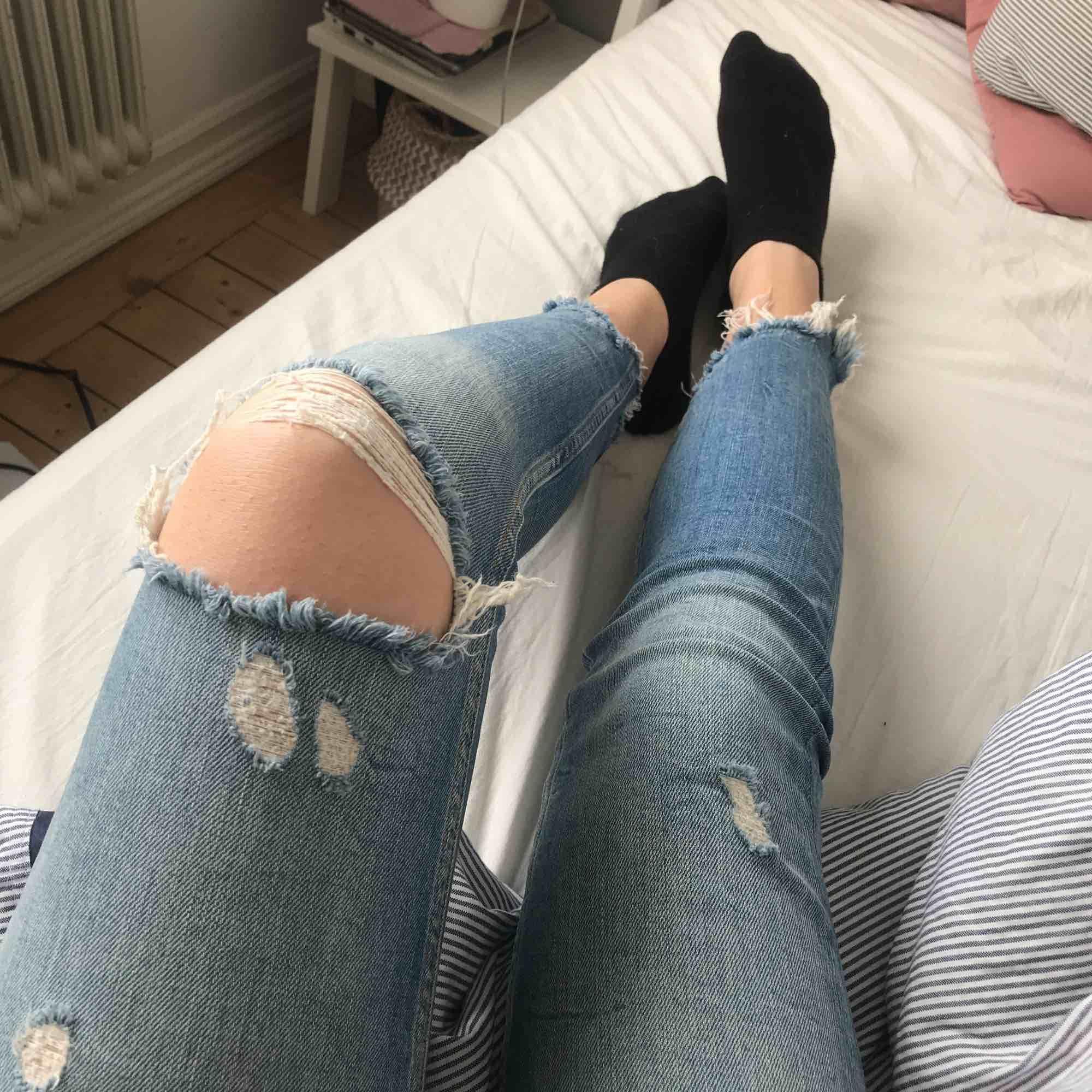 Jätte snygga byxor ifrån Zara med hål i ena knät och slitningar vid benslutet! Super sköna och stretchiga vid midjan😊. Jeans & Byxor.
