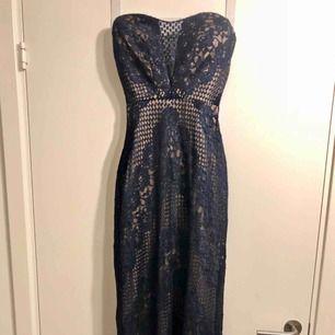 En unik klänning, i köpt i en prinsess butik i USA. Nypris 4889kr. Använd en kväll. Tyvärr har jag vuxit ur denna skönhet. För mer bilder skicka ett meddelande.