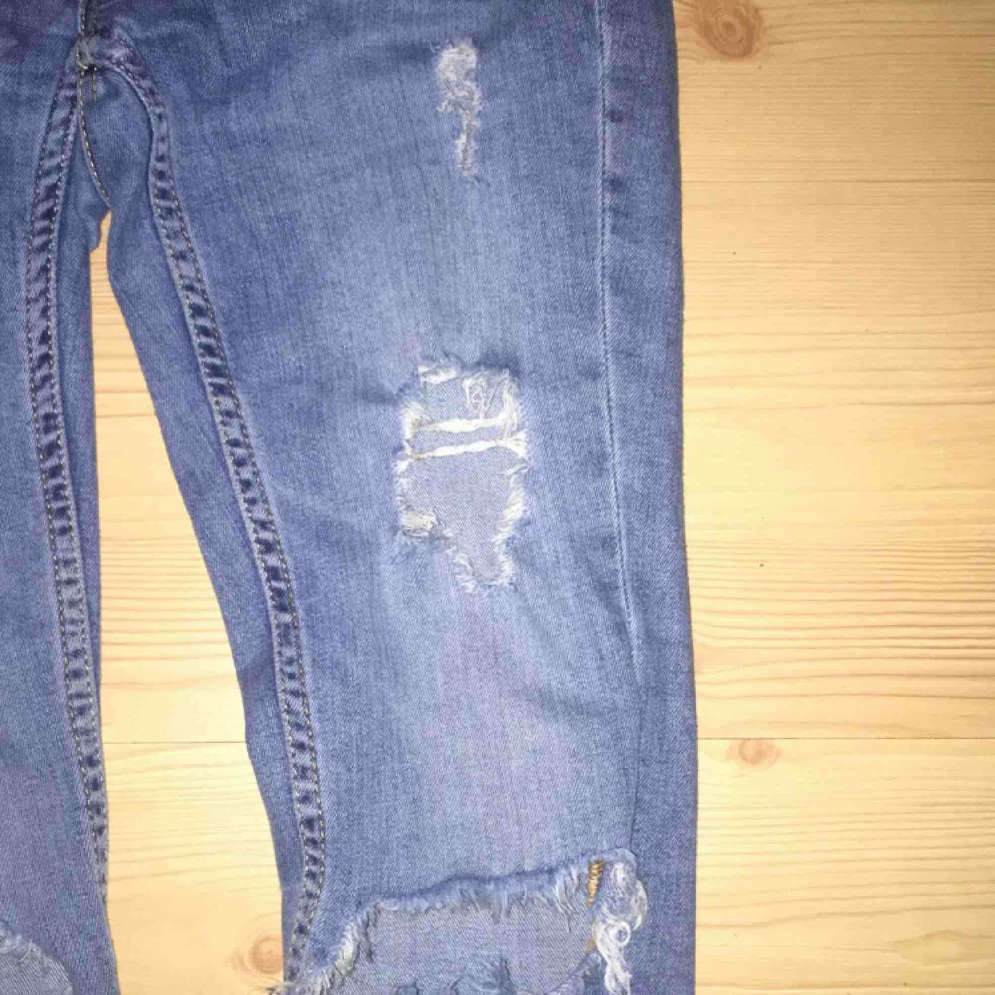 Snygga ljusa jeans från ginatricot, behövde garderobs utrensning därför säljs de, köparen står för frakt, nypris 500kr. Jeans & Byxor.