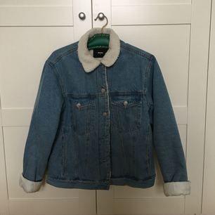 Helfodrad jeansjacka från BikBok. Säljes pga har för många jackor. Sparsamt använt en säsong. Rökfritt och djurfritt hem. Finns på Mariatorget, men kan mötas upp i Stockholm eller skickas mot fraktkostnad (ca 90kr) Nypris 699kr.
