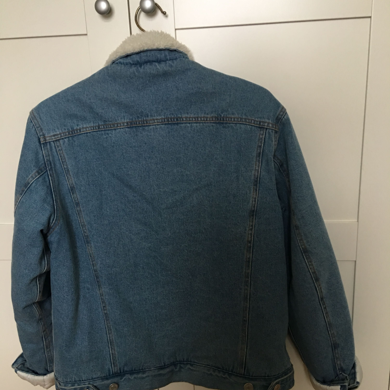 Helfodrad jeansjacka från BikBok. Säljes pga har för många jackor. Sparsamt använt en säsong. Rökfritt och djurfritt hem. Finns på Mariatorget, men kan mötas upp i Stockholm eller skickas mot fraktkostnad (ca 90kr) Nypris 699kr. . Jackor.