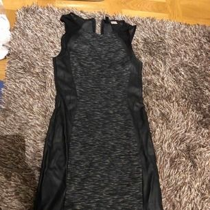Festklänning med skinn och mesh på