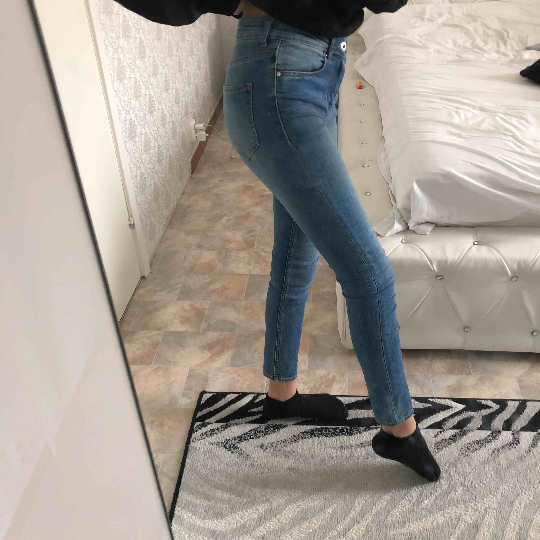 Säljer mina jeans billiga för använder inte dom längre och att dom är inte min smak av jeans för inte så mycket speciellt med den men den är basic, stretchiga! Gratis frakt!🎉❤️😘Använd max 5 gånger!. Jeans & Byxor.