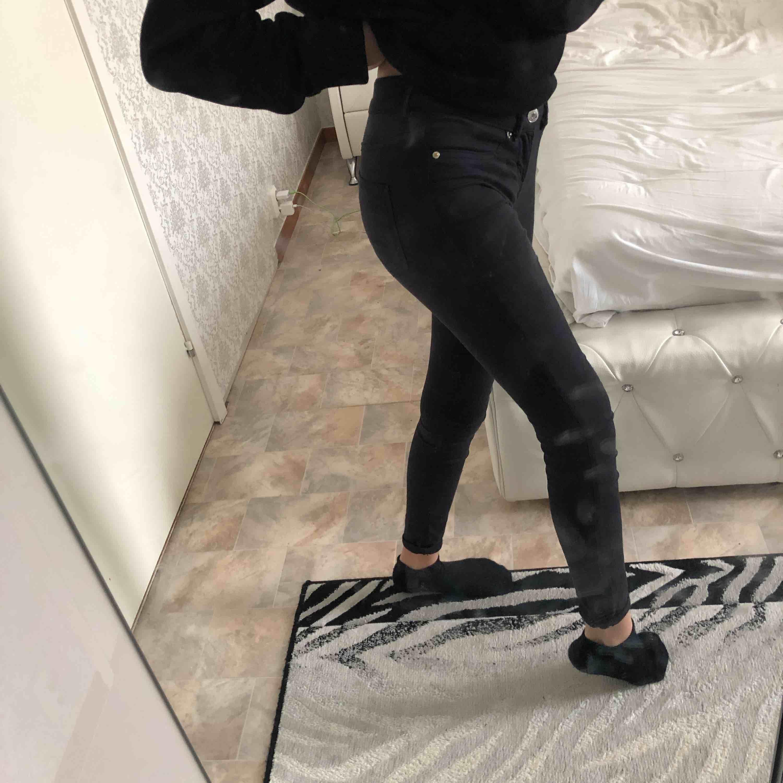 Säljer mina svarta jeans från ginatricot, Alex. Dom är bekväma och fina!❤️Dom känns som både leggings och jeans! Gratis frakt!🎉❤️😘. Jeans & Byxor.