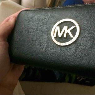 """""""Mk"""" plånbok köpt utomlands. Fint skick, använd ca 3 ggr sedan bara legat i garderoben.   Kan skickas, men köparen står för frakten. Pm vid frågor 🤗 (tar swish) kan gå ner i pris vid snabb affär"""