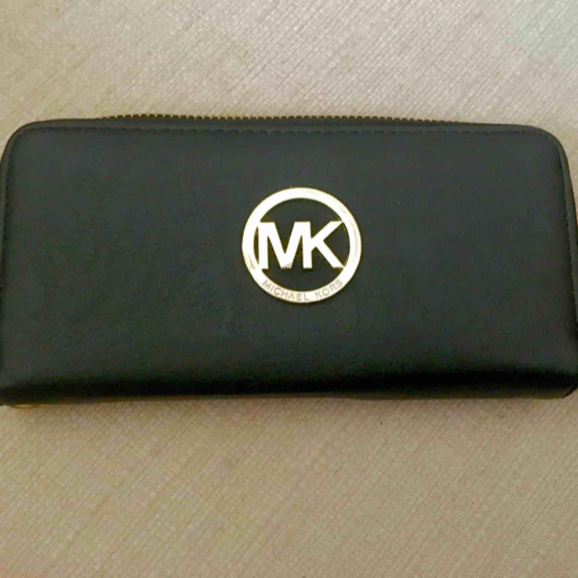 """""""Mk"""" plånbok köpt utomlands. Fint skick, använd ca 3 ggr sedan bara legat i garderoben.   Kan skickas, men köparen står för frakten. Pm vid frågor 🤗 (tar swish) kan gå ner i pris vid snabb affär . Väskor."""