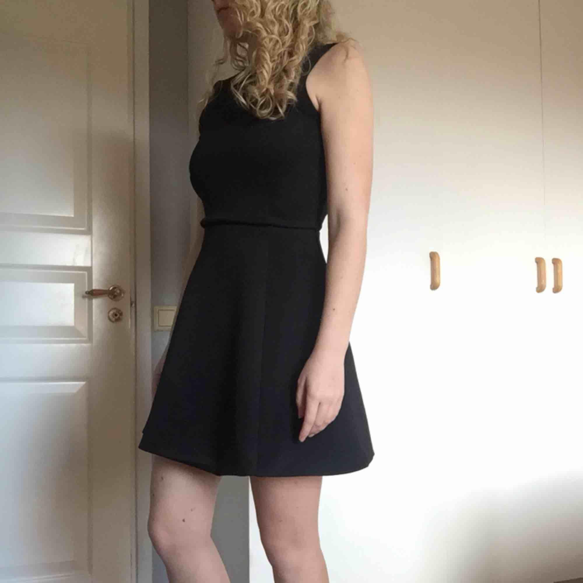 Fin klänning från Nelly, endast använd vid ett tillfälle. Klänningen är stretchig så skulle även passa en S. Frakt tillkommer. . Klänningar.