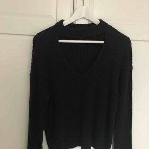 Svart stickad tröja från L.A. HEARTS. Använd en gång, så gott som ny! Kommer inte till användning där av säljer jag den. Frakt tillkommer!!!