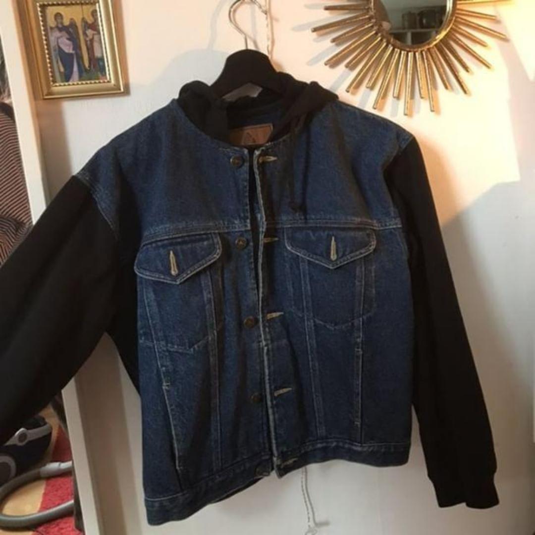 En jättefin jeansjacka med tyg armar och luva. Köpt på beyond retro nypris 500. Endast använd några gånger.. Jackor.
