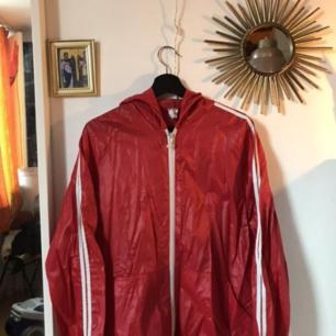 En röd regnjacka, två streck alltså inte äkta Adidas men ändå väldigt fin! Den är ganska tunn så perfekt som sommarjacka men funkar med en tjockare tröja under nu.