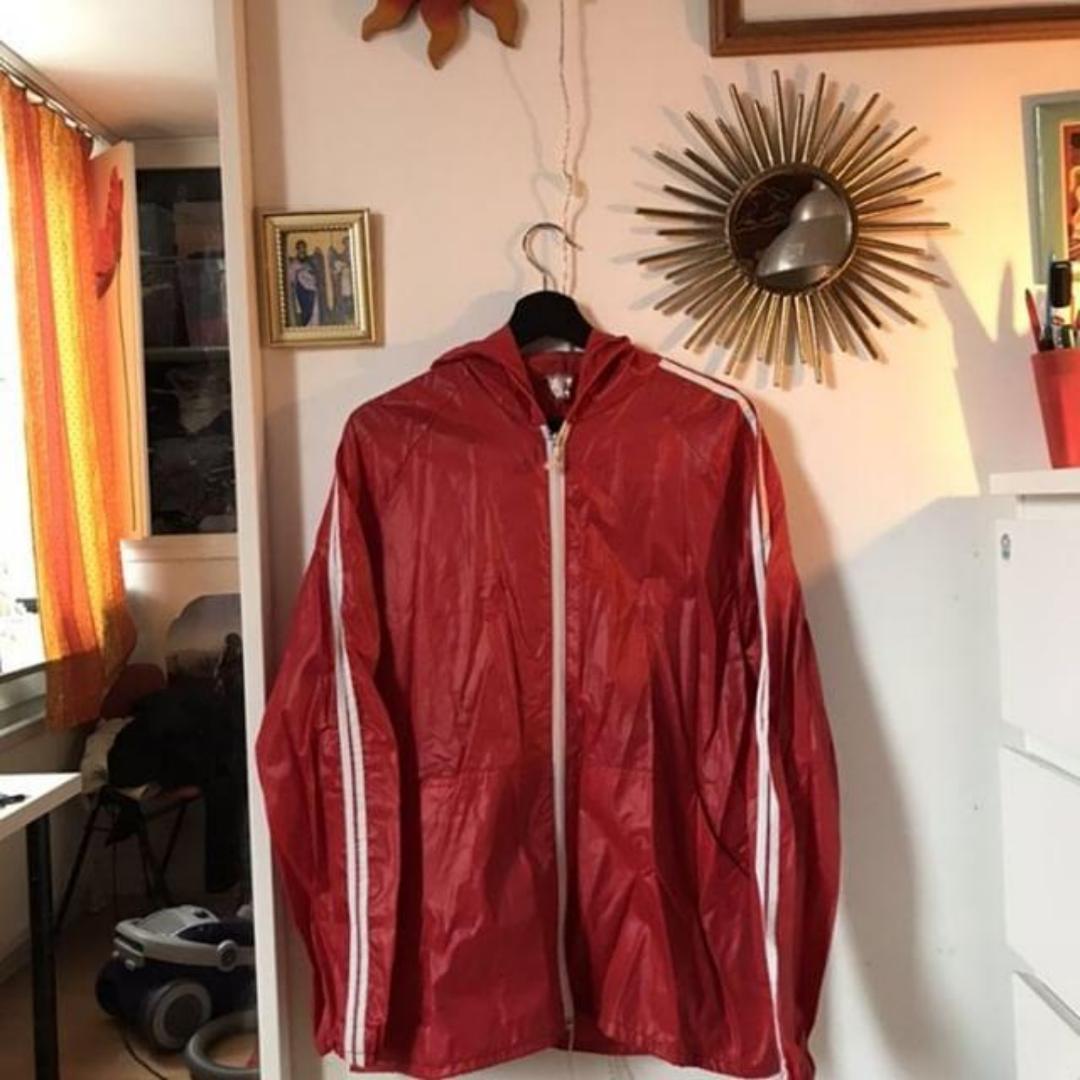 En röd regnjacka, två streck alltså inte äkta Adidas men ändå väldigt fin! Den är ganska tunn så perfekt som sommarjacka men funkar med en tjockare tröja under nu.. Jackor.