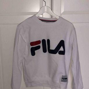 Snygg sweatshirt från Fila, använd 2 gånger dvs så gott som ny. Frakt tillkommer!