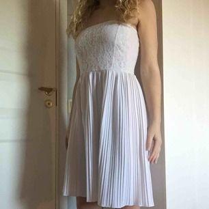 Jättefin klänning som tyvärr är för lång för mig (158). Använd en gång i några timmar, så som ny. Storlek 36 men passar även en 34:a.  Frakt tillkommer