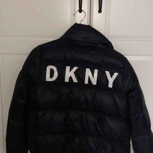 DKNY dunjacka köpt i USA. Sparsamt använd och kommer tyvärr inte längre till användning nu i vinter! Frakt tillkommer! Nypris: ca 1999kr