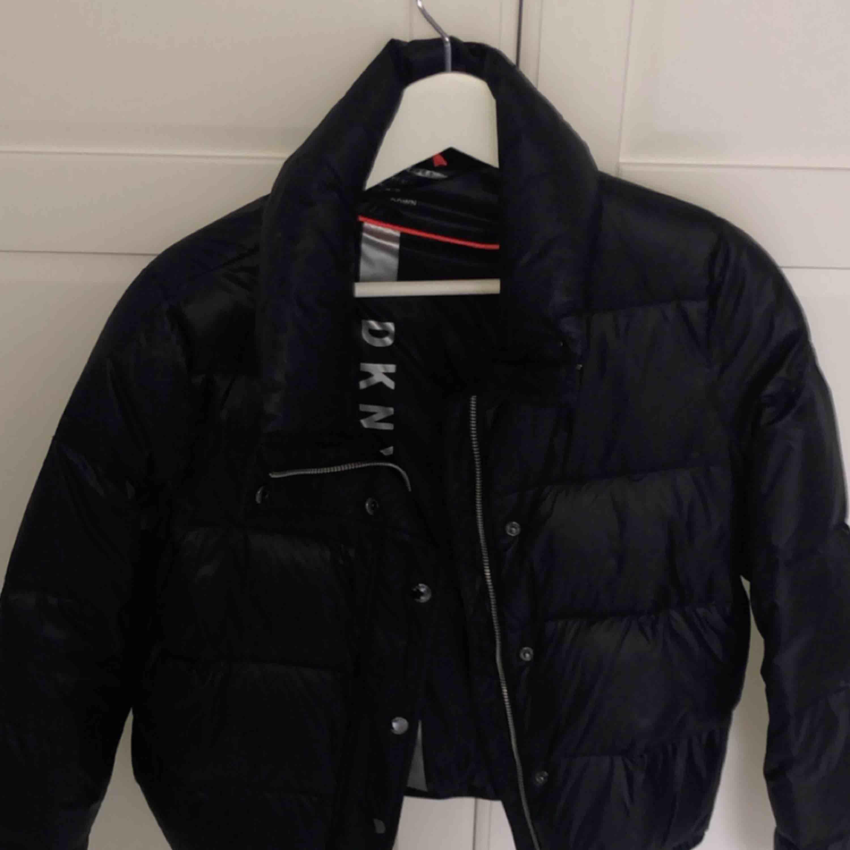DKNY dunjacka köpt i USA. Sparsamt använd och kommer tyvärr inte längre till användning nu i vinter! Frakt tillkommer! Nypris: ca 1999kr . Jackor.