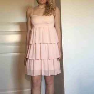 Fin klänning från MQ, endast använd en gång. Perfekt till finare tillställningar. Storlek 36 men passar bäst på en 34 eller liten 36:a.  Frakt tillkommer.