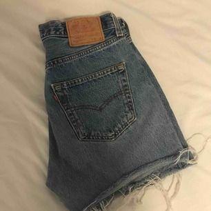 Högmidjade 501 Levis shorts. Passar en S med bälte, annars en M. Köpta vintage.