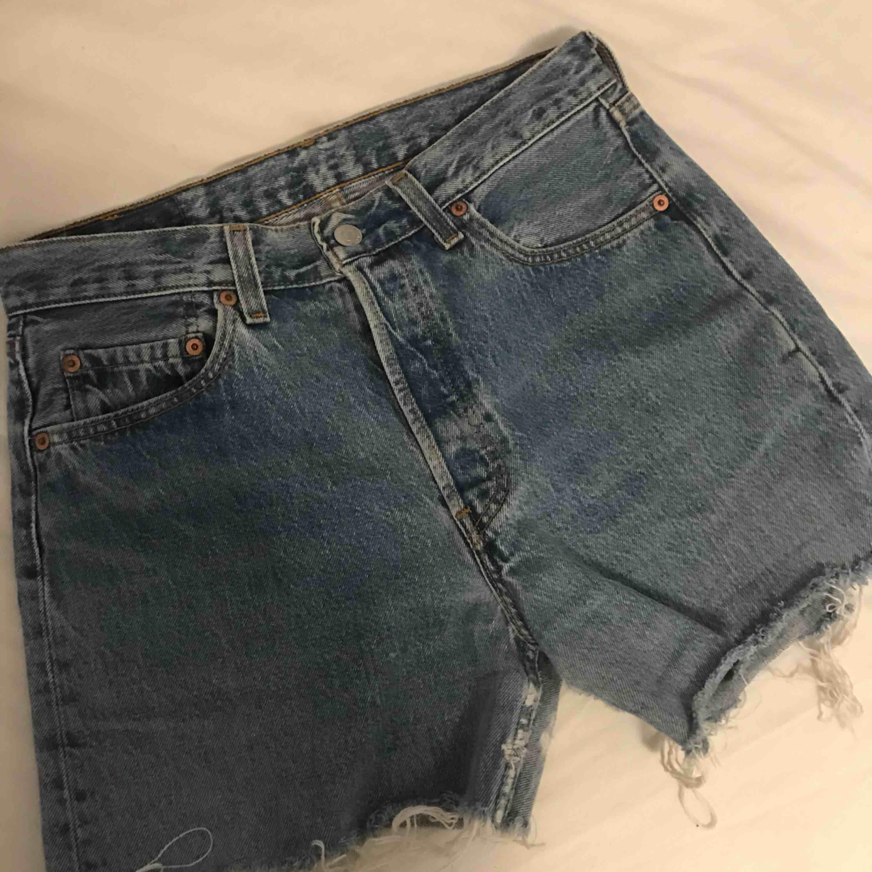 Högmidjade 501 Levis shorts. Passar en S med bälte, annars en M. Köpta vintage.. Shorts.