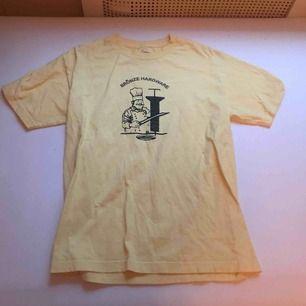 T-shirt från skatemärket Bronze 56k. Gott skick strl M. Frakt ingår ej i priset. Kan mötas upp i Stockholm❤️