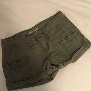 Mörkgröna cargo shorts från Aeropostale.