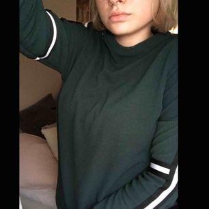 Grön tröja från Sisters Point med svarta och vita ränder på ärmarna. Väldigt skönt material. Original pris ligger på 399. Köpt nyligen så i bra skick. Köparen står för frakt på ca 30kr :)