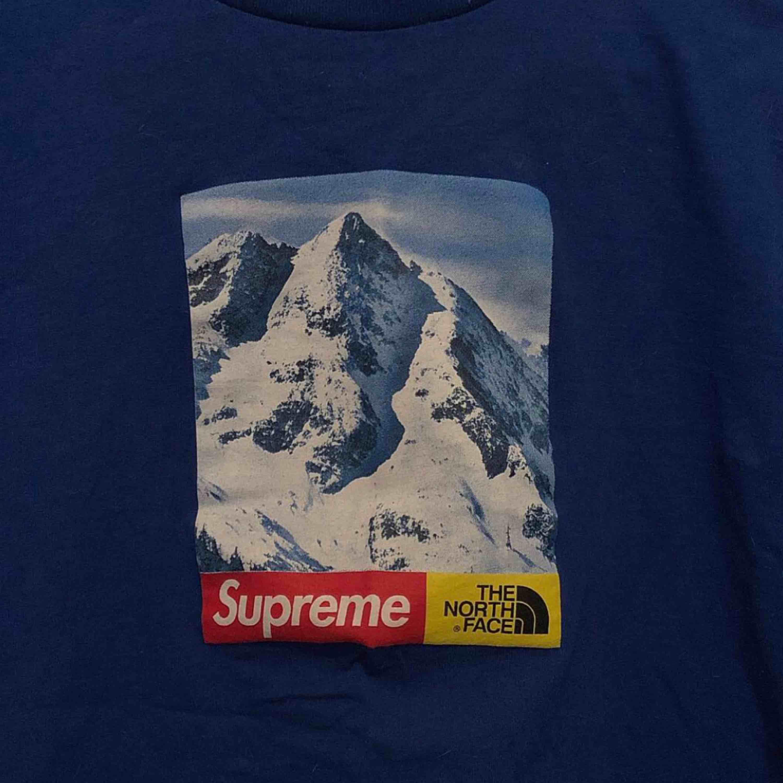Fejk supreme/the north face tisha Knappt använd. Köpare står för frakt!. T-shirts.