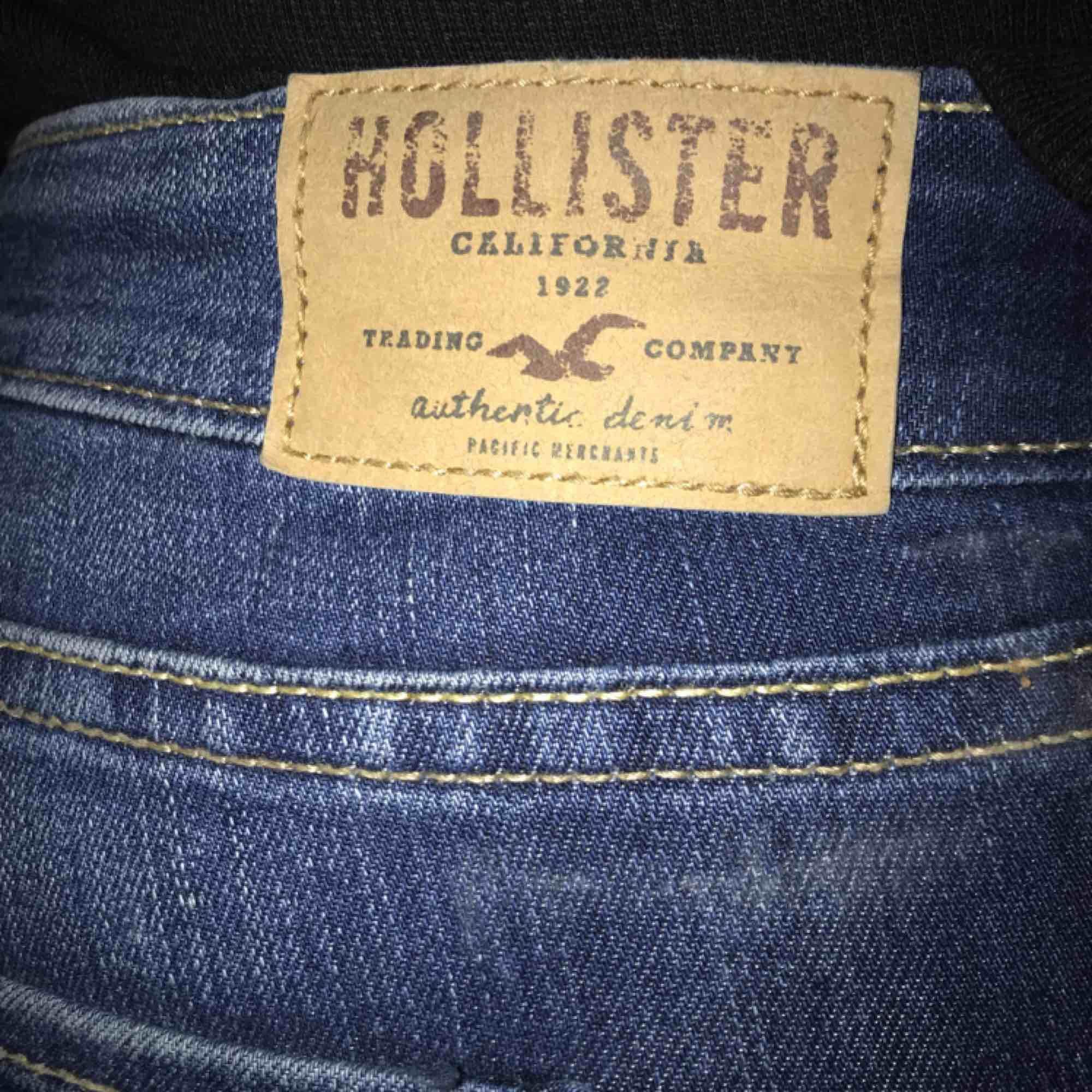 Blå skinny jeans från Hollister i storlek XS/S (W25 L31). Skriv för bättre bilder!!  Köparen står för frakt på 30kr ☺️. Jeans & Byxor.