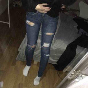 Blå skinny jeans med slitningar/hål i XS, från H&M. Hyfsat bra skick.  Köparen står för frakt,ca 30kr ☺️