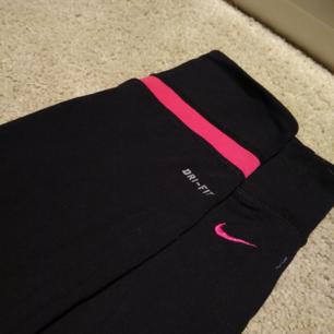 Träningsbyxor ifrån Nike. Sällan använda och i fint skick! Köparen står för frakten💕😘
