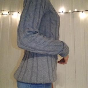 Stickad (ish) grå tröja från Gina tricot. Använd några gånger men i fint skick👍🏽💕 köparen står för frakten!👍🏽😊