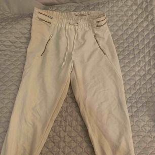 Vita byxor från zara med silvriga detaljer