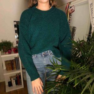 Mörkgrön stickad tröja från chiquelle som är i gott skick. Köpt på deras gamla outlet.