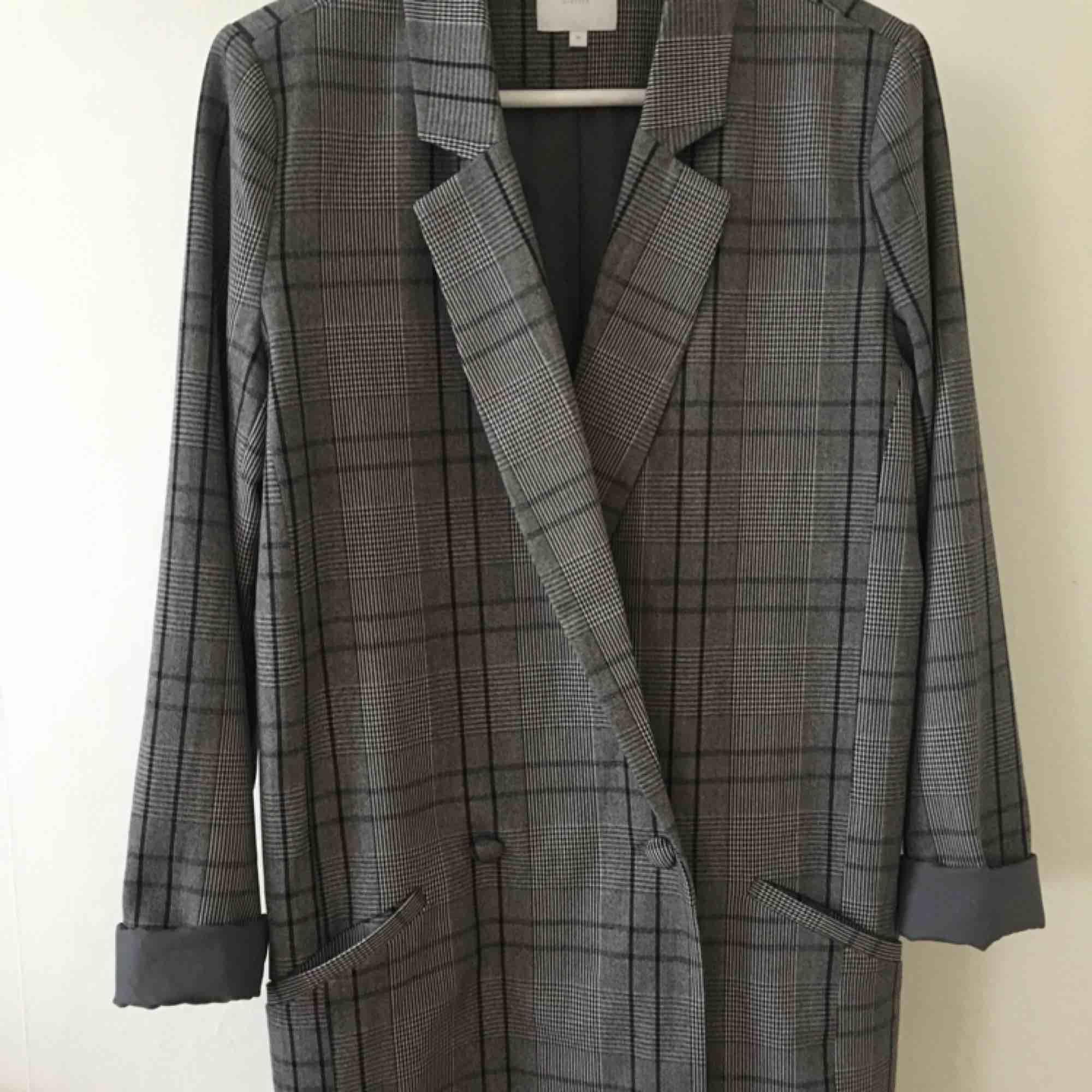 Oanvänd kavaj ifrån Vila, kan skickas om köparen betalar frakten☺️. Kostymer.