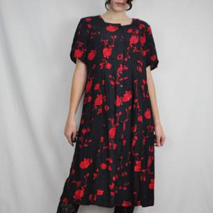 Så himla snygg klänning köpt secondhand, finns ingen lapp så har ingen aning om storlek men sitter snyggt oversized på mig som brukar ha xs-s vanligtvis. Köparen står för frakten, samfraktar gärna! 😊👍