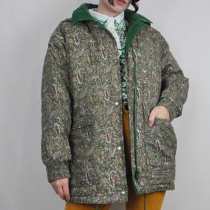Superfin vinterjacka köpt secondhand, är som en tunn dunjacka, med Paisleymönster. Köparen står för frakten! Samfraktar gärna😊👍