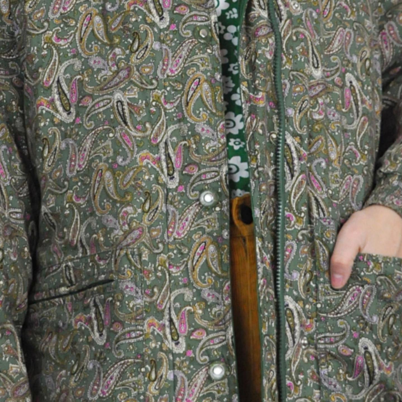 Superfin vinterjacka köpt secondhand, är som en tunn dunjacka, med Paisleymönster. Köparen står för frakten! Samfraktar gärna😊👍. Jackor.