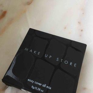 """Säljer en concealer från Make Up Store. Heter """"Eazy cover all mix"""" och är helt oöppnad. Se tredje bilden för färg. Helt oanvänd och ny, köpt för 300 kr :). Gratis frakt!"""