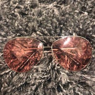 Trendiga solglasögon i rosa glas! Pilotglasögons modell. Mycket bra skick, köpta i New York i en butik jag inte kommer ihåg namnet på 🥰
