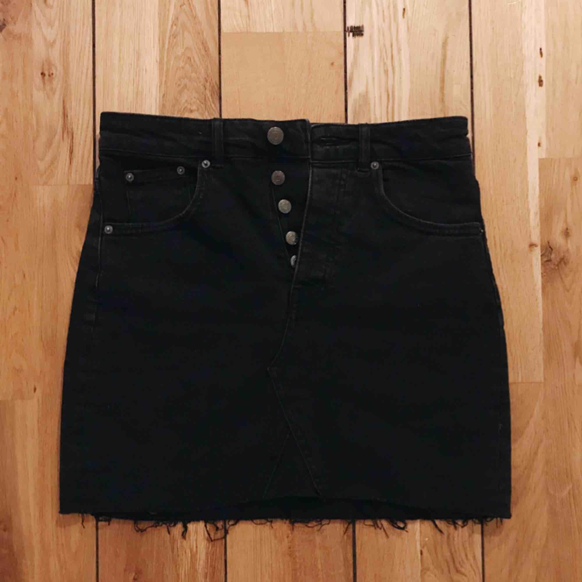 Jättefin svart jeanskjol från Gina Tricot, använd 1 gång✨ frakt ingår!. Kjolar.